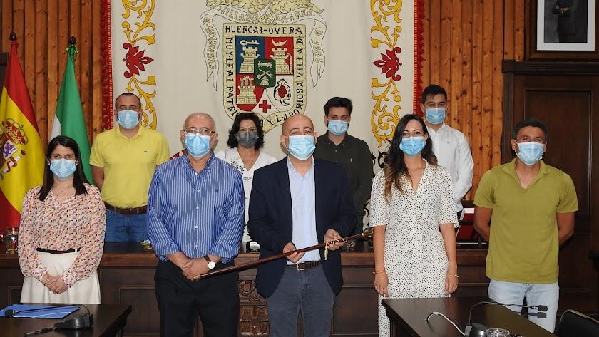 El nuevo alcalde junto y el exconcejal de Cs, Pepe López, y el resto de ediles del PP. su