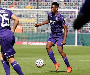 """Sambi Lokonga zag maatje Doku vertrekken én spreekt over eigen transfer: """"Daar ga ik niet naartoe"""""""