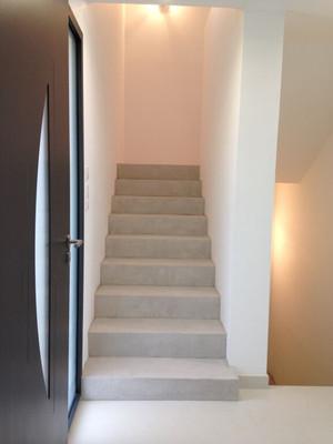 relooking escalier avec béton ciré couleur clair