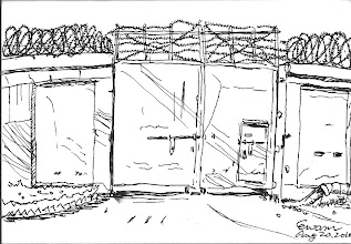 Photo: The Iron Gate 2010.08.20鋼筆畫 每次,我看著監獄圍牆上厚重的鐵門,心裡就會有很多的感慨… 這些頭頂著荊棘,經年累用受風吹口曬雨淋的鐵巨人們,無聲息地守衛著監獄… 他們正默默地看著身為萬物之靈的人類,為著一時的愚行,自陷法網而失去自由…