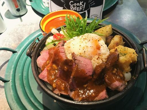 肉有厚度,主餐都會附一碗湯,份量不少 舒肥牛排飯 $290
