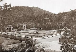Photo: Praça Visconde de Mauá, vendo-se, à esquerda, os jardins da casa do Conselheiro Mayrink e o antigo prédio da Biblioteca Municipal. Foto do início do século XX