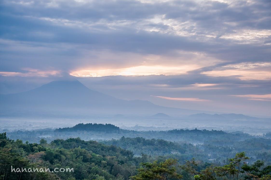 Kabut perlahan naik. Punthuk Setumbu Candi Borobudur Magelang, Jawa Tengah