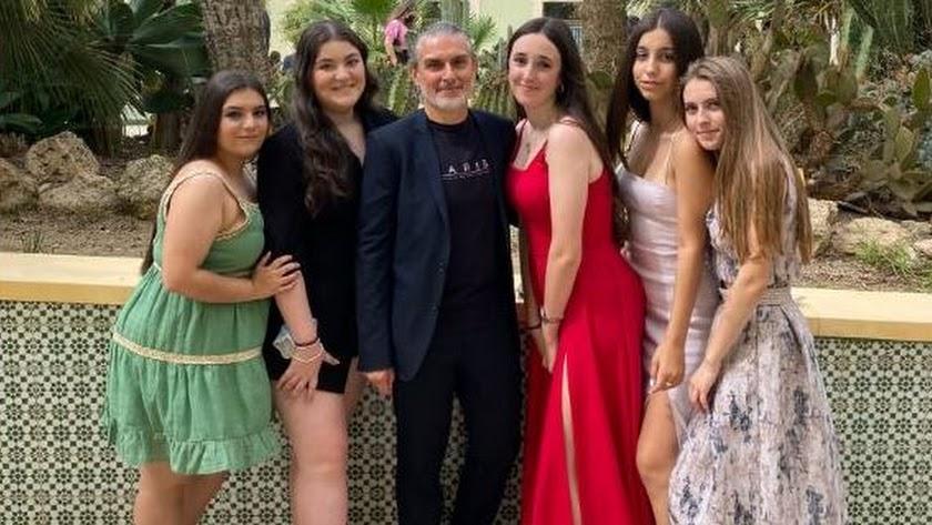 Paco Reina, junto a algunas de sus alumnas.