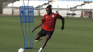 Ari Nkaka golpeando a puerta en el entrenamiento.