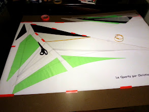 Photo: Mounting and gluing the pieces of the right wing. / Muntant i encolant les peces de l'ala dreta.