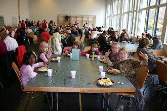 Photo: Auch die Kleinsten geniessen das wunderbare Mittagessen. Ein genussvoller Gottesdienst mit  Martini-Essen geht friedlich zu Ende. Wir danken für das Engagement.