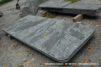 Photo: Maggiagneis Tischplatte naturgespalten und nachgestockt, Kanten roh gebrochen - Grösse ca. 207 x 86 cm