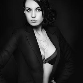 Manon by Sébastien Muller - People Portraits of Women