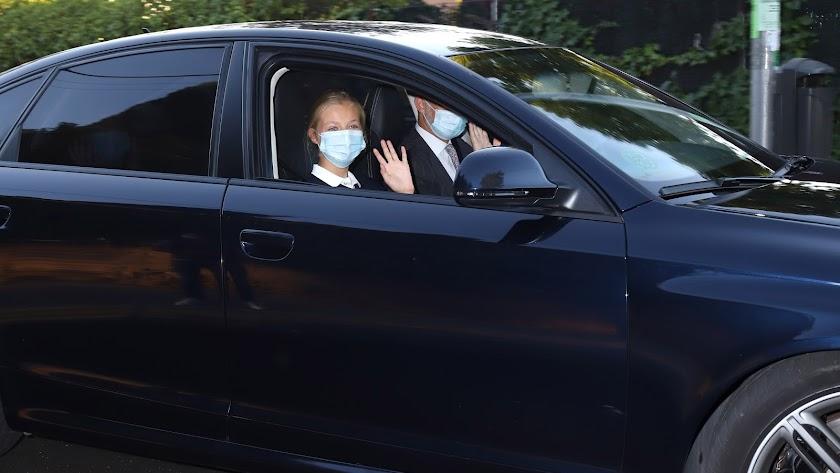 Felipe VI llevando en coche a la Princesa Leonor el primer día de colegio.