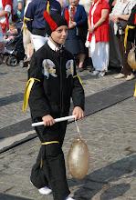 """Photo: Evocation de la confrérie """"Dieu et Monseigneur saint Georges"""" : Diable, armé d'une vessie de porc gonflée"""
