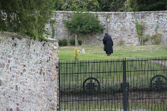 Photo: Abtei Sankt Hildegard - Nonner har mange gøremål. Her skal der luftes hund.