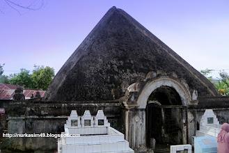 Photo: Makam raja-raja Luwu berbentuk kubah (lokko). Dalam kubah yang berukuran 10mx10m ini terdapat 37 makam raja-raja Luwu, dan yang terakhir dimakamkan adalah Hj.Andi Bau Tenri Padang Opu Datu, Datu Luwu ke 38,  wafat di Makassar 28 Juli 1994. Lokasi :  Palopo, Sulawesi Selatan, Indonesia, (Foto April 2012). http://nurkasim49.blogspot.com/2011/12/ii.html