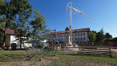 Photo: Klettergerüst vor Baustelle