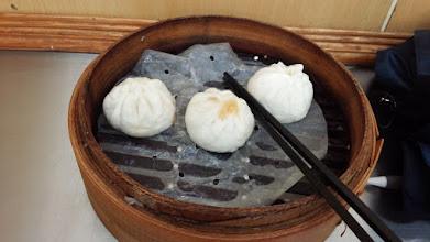 Photo: 小龍包と肉まんの間っぽいやつを食す