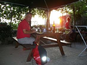 Photo: Temp.maximum: 22 graden, Wind: 4 Bfr, Windrichting: z.w. Weerbeeld: warm - zonnig. ODO totaal: 1398 km OP het terras van de camping met het avondeten.