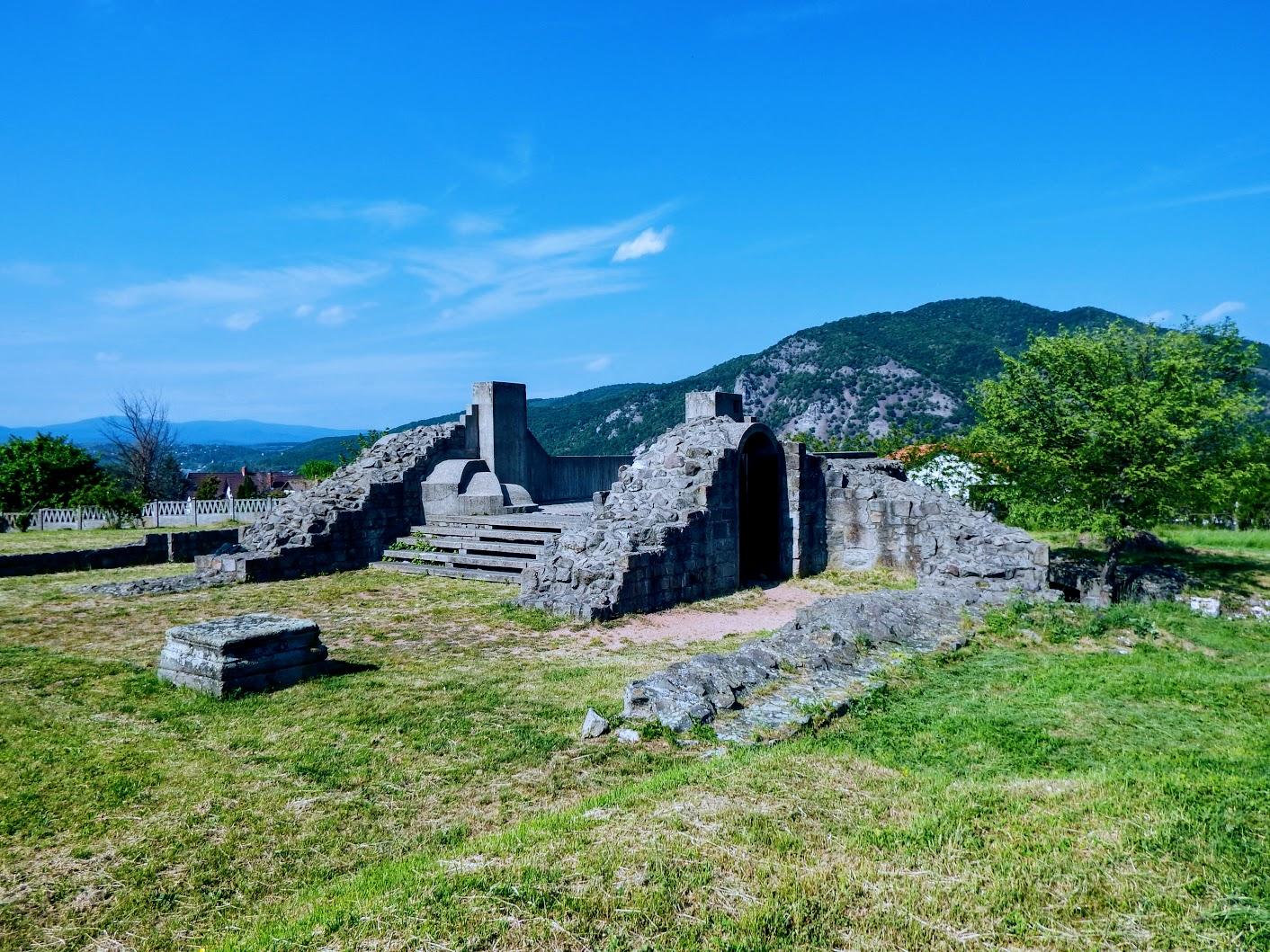 Dömös - prépostsági templom romja és Árpád-kori altemplom
