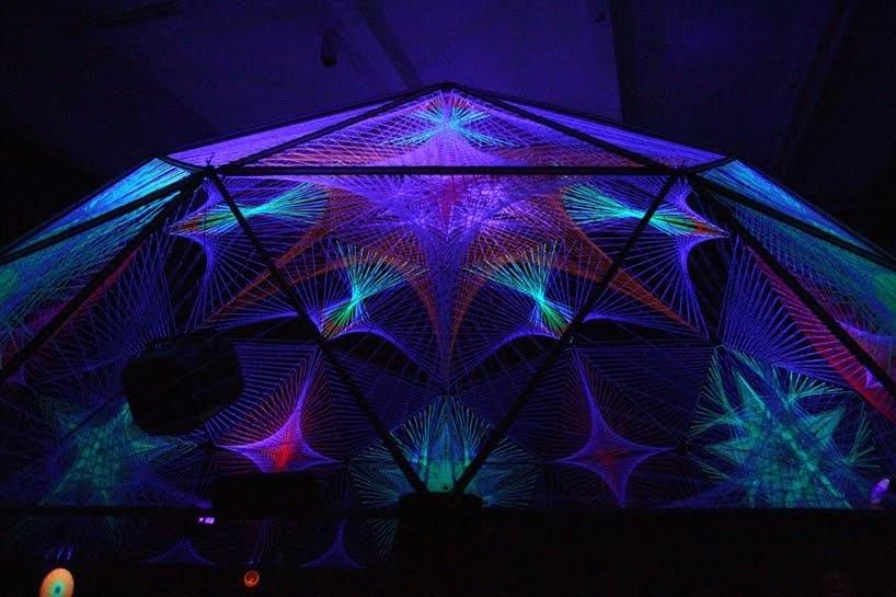 Luz ultravioleta transforma el arte de cuerdas a gran escala en instalaciones intergalácticas
