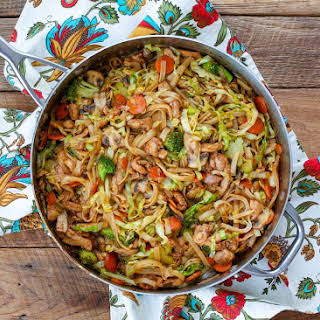 Stir Fry Noodles with Chicken and Vegetables.