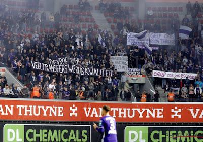 """Les supporters d'Anderlecht affichent leur mécontentement: """"Hey les filles, on n'est pas au Club Med"""""""