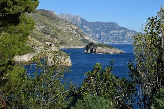 Photo: sc. Scruopolo e isolotto Isca. Sullo sfondo Malacoccola, S. Angelo a Tre Pizzi e Tre Calli.