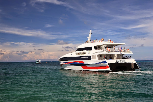 Travel from Surat Thani Train Station to Koh Phangan by Phantip Bus and Lomprayah High Speed Catamaran