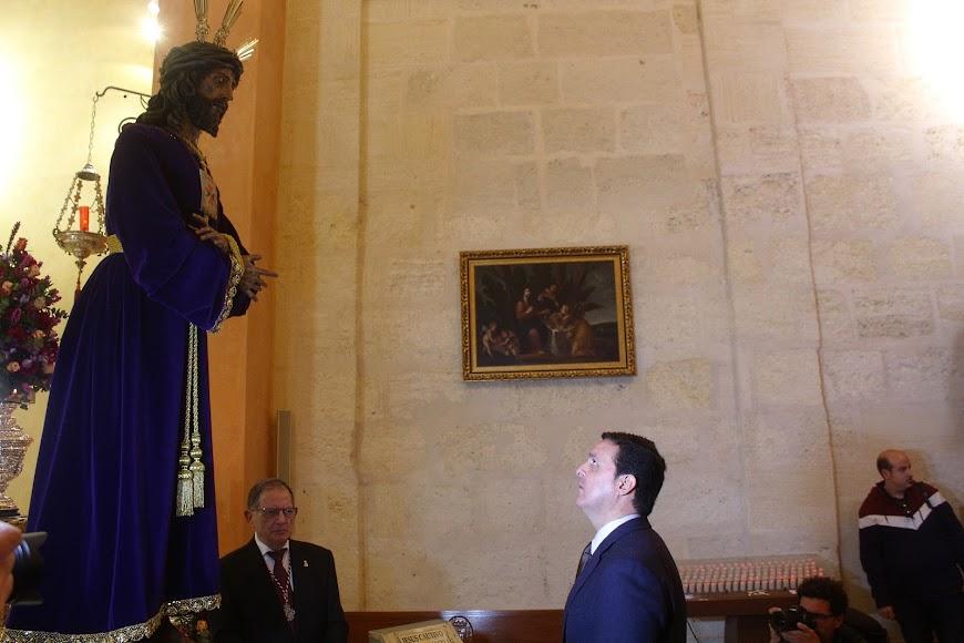 El presidente de la Diputación ante el Señor Cautivo de Medinaceli.
