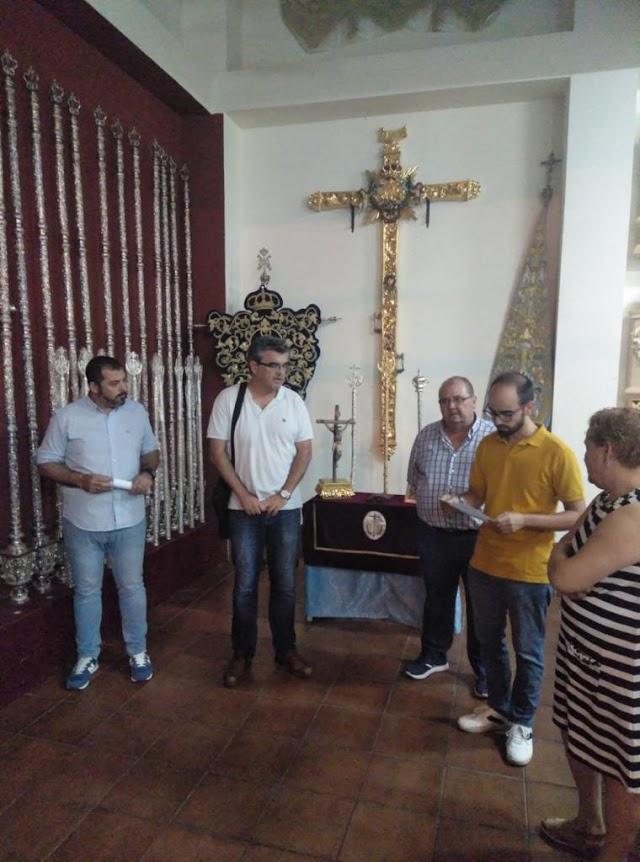 Lectura del acta por la que se le concede a Paco Sáez el escudo de oro de la Hermandad de Los Ángeles.