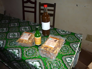 Photo: voici les produits finis, rien ne se perd, le jus d'ananas se vend par 25 ou 75 cl