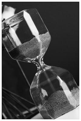 Vetro e granelli nella forma di una clessidra. di fuele74