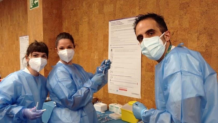 Profesionales de Vithas Almería se inmunizan frente a la Covid.