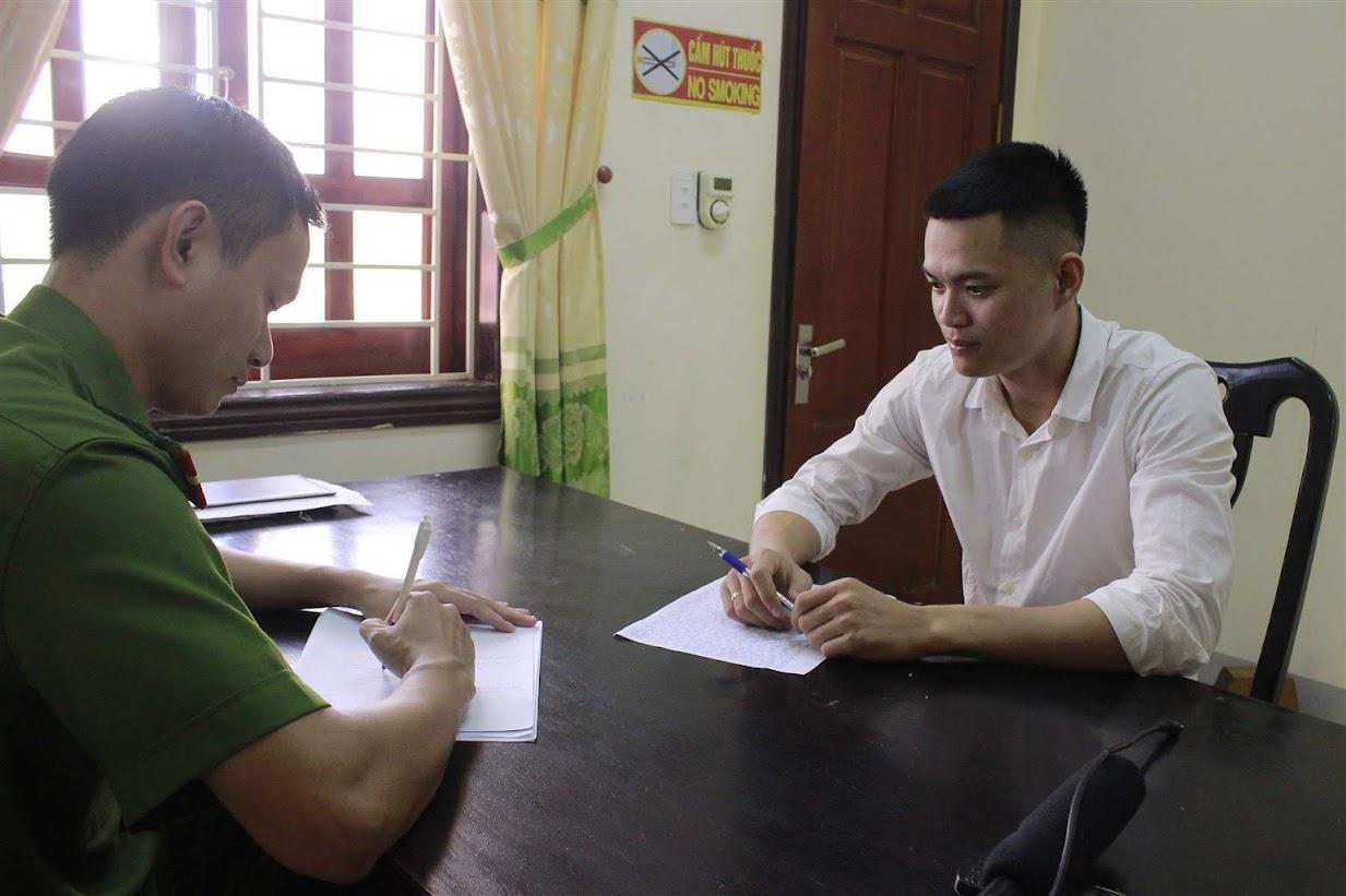 """Cán bộ Công an huyện Nam Đàn lấy lời khai đối tượng """"cò đất"""" bị khởi tố  về tội vi phạm quy định về hoạt động bán đấu giá tài sản"""