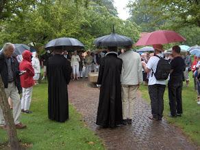 Photo: Afslutning ved pilgrimsfontænen, hvor biskop Elisabeth Dons Christensen står midt for og til venstre præsten for det tyske mindretal Günther Barten, som også medvirkede ved afslutningsgudstjenesten