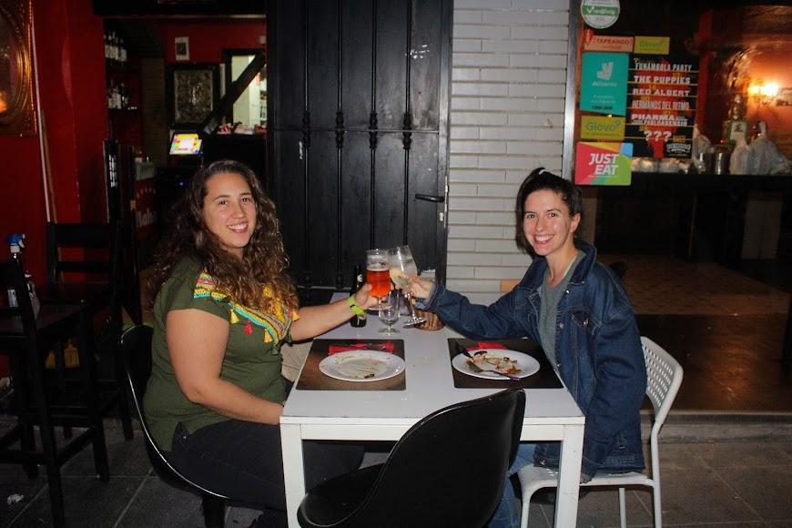 Amigas brindando la primera noche en la croquetería La Mala, en calle Gabriel Callejón.