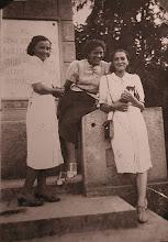 Photo: 32. Oparta o murek Waleria Freidenberg (Szeftel), pierwsza z lewej Jadwiga Freidenberg (Lindmajer).