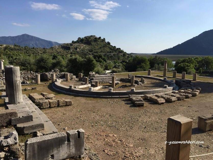 kaunos antik kenti yuvarlak yapı