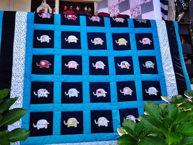 A Colcha Patchwork Elefante é mais uma opção da Cia das Mãos Patchwork, especializada em cutomização e personalização de colchas patchwork. Visite nosso site AGORA e conheça todas as possibilidades para confeccionar a sua colcha patchwork ideal. Trabalhamos com todos os tamanhos e nosso frete para colchas patchwork, cobre leito patchwork e colcha de retalhos, é GRÁTIS!