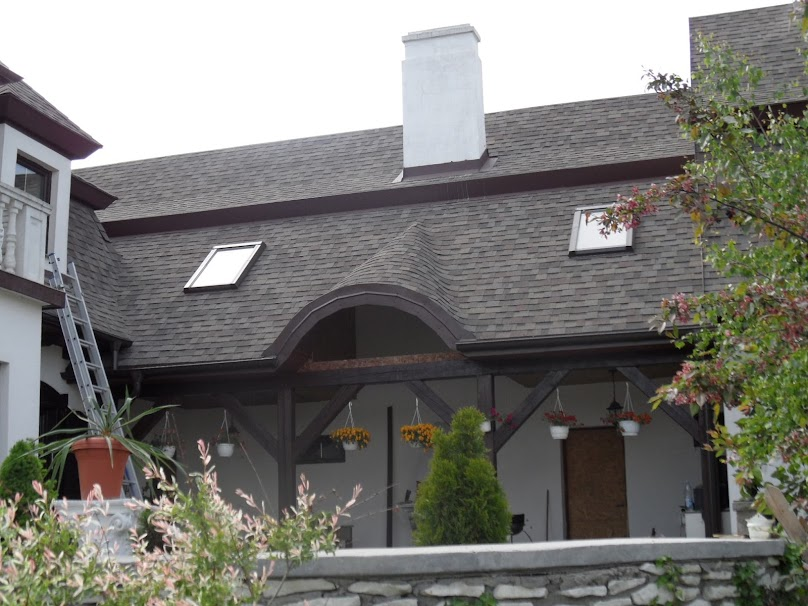 Gont biutamiczny - tani i szybki w układaniu materiał do pokrywania dachu