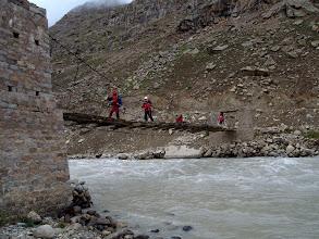 Photo: creuant el pont del Zanskar