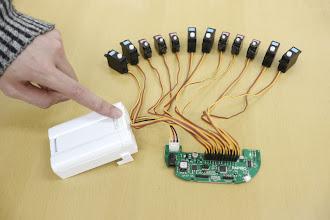 Photo: 電池ボックスのスイッチをONにしてください。 12個のサーボモータの軸が一斉に初期位置に向かって回転し、停止します。これでサーボモータの確度を初期値にあわせることができました。