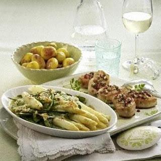 Putensteaks mit Kräuter-Schinken-Crisp zu Spargel und Röstkartoffeln.