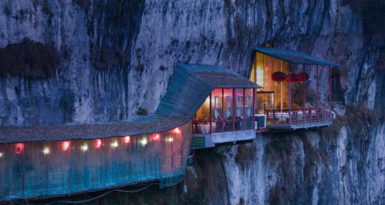 Photo: Ресторан рядом с пещерой Sanyou над рекой Янцзы, провинция Хубэй, Китай
