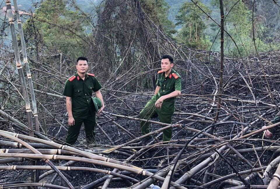 Cán bộ Công an huyện Con Cuông khám nghiệm hiện trường vụ cháy rừng