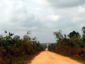 Photo: Nous évitons exceptionnellement le grand axe, et préférons cette longue piste menant à Lokossa