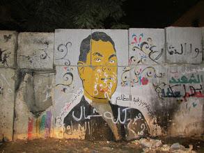Photo: murales sobre los bloques con los que la policía cercó el área, cerca de plaza tahrir, en 2011. mubarak