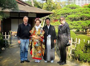 Photo: Puistossa kuvaussessiolla ollut vihkipari pyysi meidätkin kuvaan heidän kanssaan - jotenkin turistien asut häviävät japanilaisille juhla-asuille