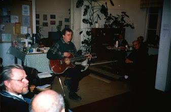 Photo: Trubaduuri Raimo Kivistö lauloi kaksi laulua, jotka oli säveltänyt itse.