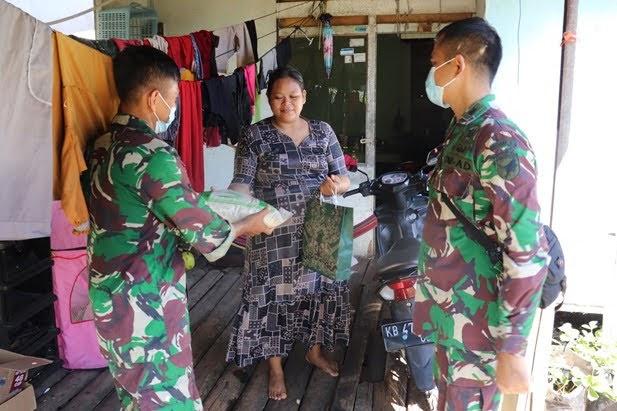 Ikut Membantu Kesulitan Masyarakat Zidam XII/Tpr Berikan Paket Sembako