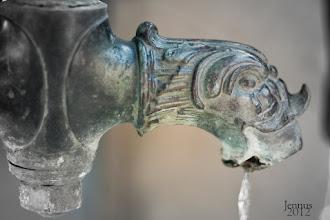 Photo: Es ist eines der kostbarsten Güter der Welt und jetzt auch offiziell mit einem Sonderstatus versehen: Die Vereinten Nationen haben im Jahre 2010 Wasser zum Menschenrecht erklärt. Einklagbar ist dieses Recht bislang jedoch nicht.    Wertarbeit