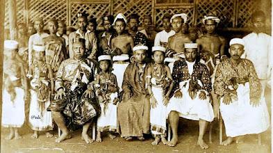 Photo: I-Makkulau Dg.Serang Karaeng Lembang Parang Raja Gowa ke-34 (13 Mei 1895 - 25 Desember 1906), (duduk di kursi paling kiri) ketika menerima Raja Bima Sultan Ibrahim (1881-1915) di Ballalompoa Jongaya.
